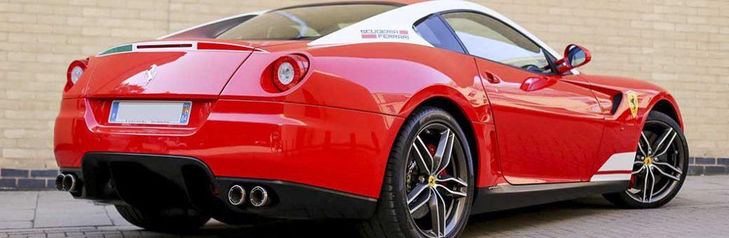 coche rojo de la marca ferrari muy pulido y brillante