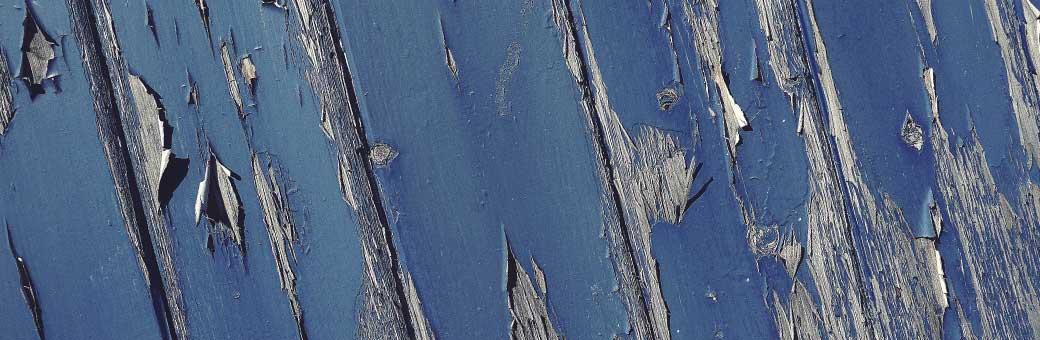 tablas con pintura azul agrietada y vieja que debe ser removida