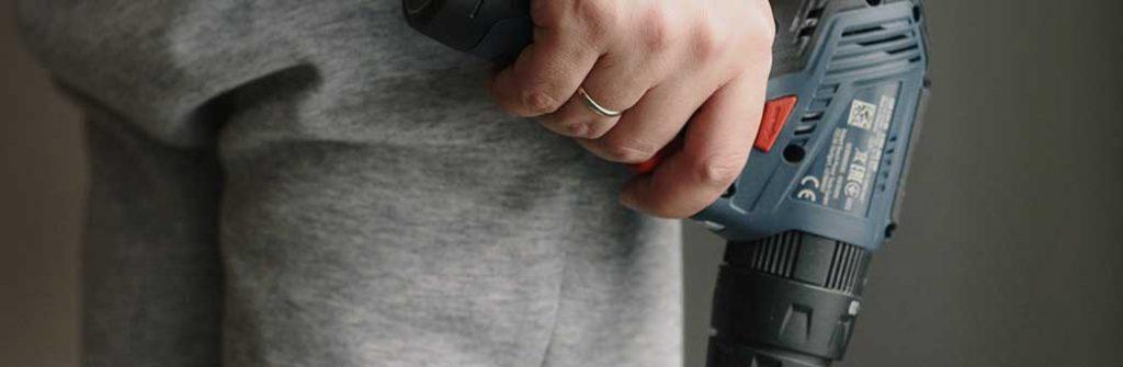 mano sosteniendo un taladro bosch