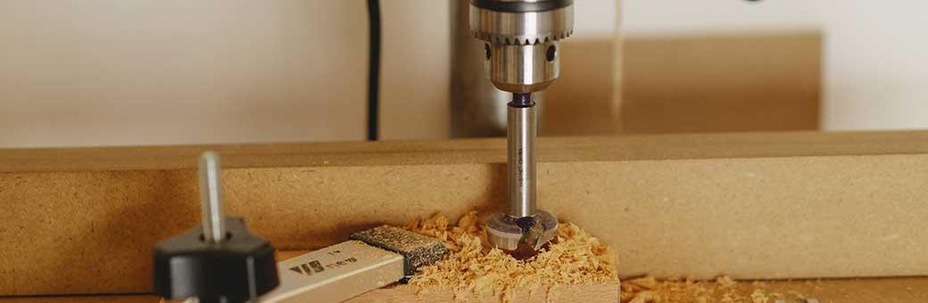 taladro de banco perforando madera con broca
